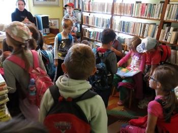 Knihovna Kladoruby - interiér - děti ze třídy 2.D
