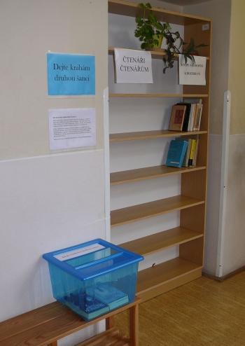 Dejte knihám druhou šanci - regál Čtenáři čtenářům