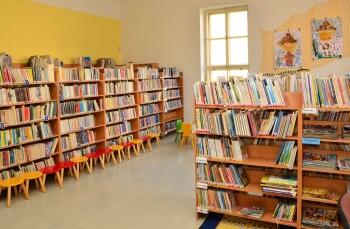 Oddělení pro děti a mládež - interiér knihovny